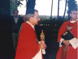 Ksiądz Proboszcz Tadeusz Nowak uroczycie wprowadza relikwie św. Andrzeja Boboli do Kościoła